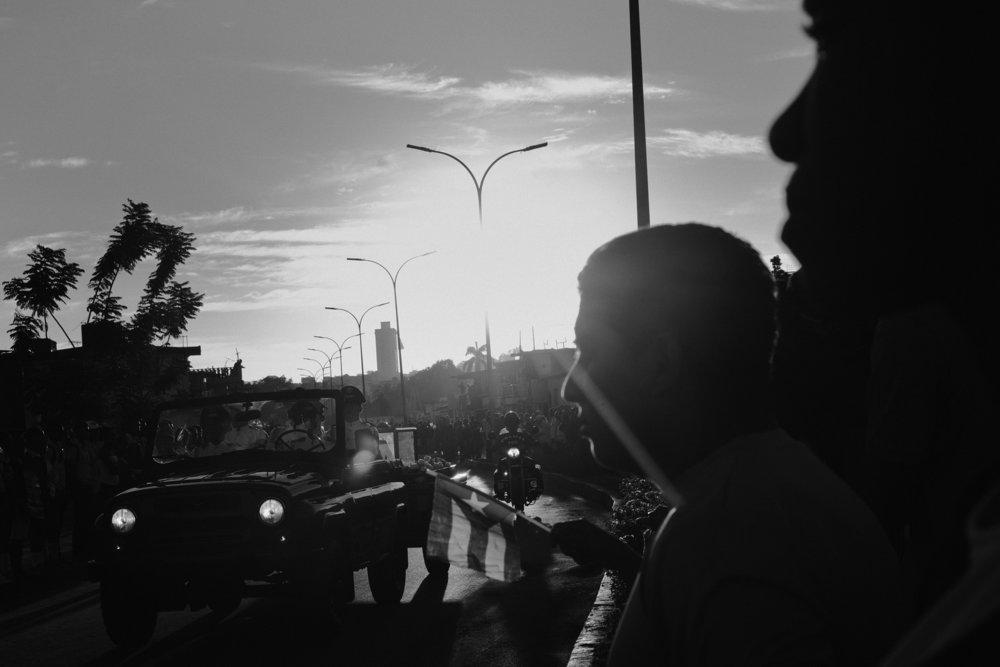 Le public attend aux aurores le long de l avenue Juan Gualberto Gomez le dernier passage des cendres de Fidel Castro qui va etre enterre au cimetiere militaire de Santa Ifigenia de Santiago de Cuba 4 decembre 2016