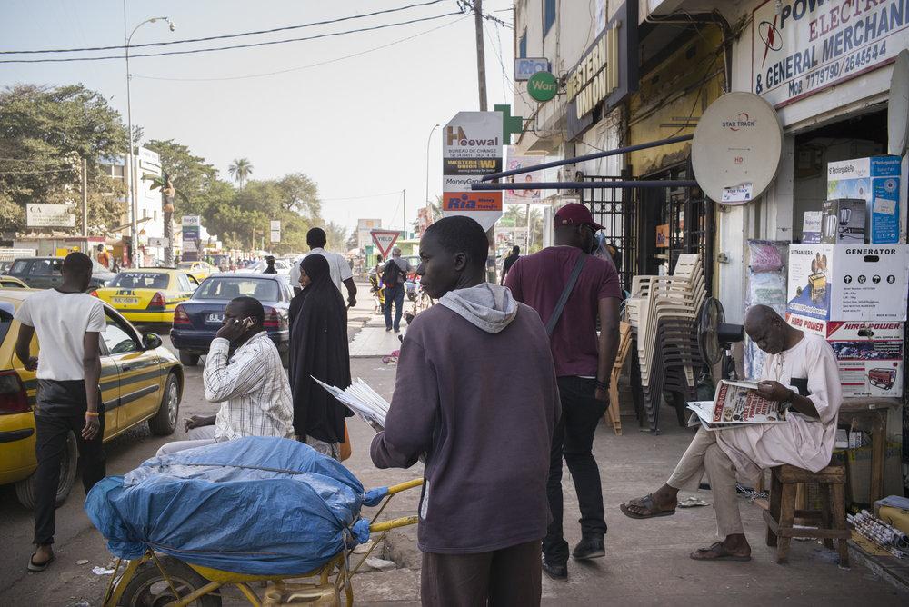 Newspaper seller in Westfield district. Serrekunda, Gambie. Janvier 2018