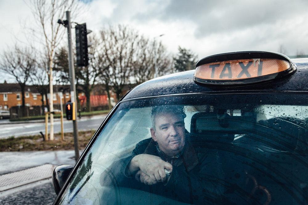 """Belfast, le 23 Février 2017. Les fameux """"black cabs"""", taxi emblématiques de Belfast sont souvent conduits par des anciens membres de l'IRA. Depuis les accords de paix, ils font visiter aux touristes les lieux représentatifs des """"troubles""""."""