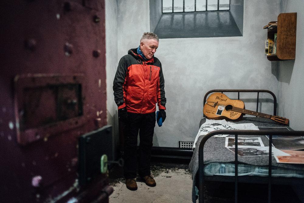 """Belfast, le 23 Février 2017. Seamus, ancien membre de l'IRA (plusieurs années en prison, membre du mouvement des couvertures, """"les blanket men"""") aujourd'hui membre d'une association qui raconte le conflit à des groupes de visiteurs étrangers. Ici dans la reproduction de la cellule d'une prison."""