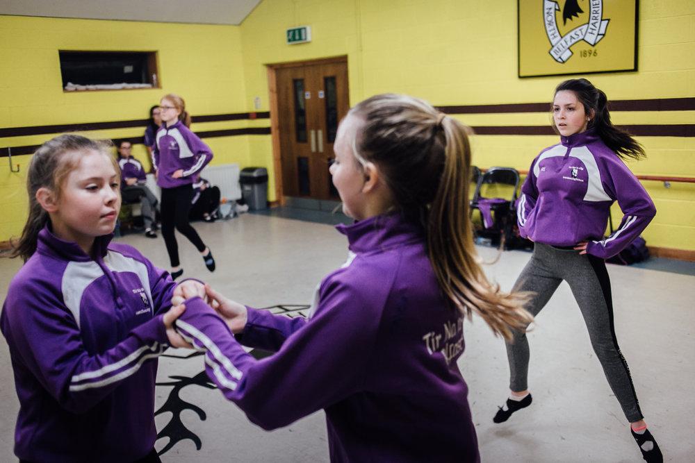 Belfast, le 1er Mars 2017. Une école de danse traditionnelle Irlandaise. Sa particularité est qu'elle est une unitiative de paix. En effet, elle mélange des élèves issues de familles protestantes comme catholiques. Le choix de la couleur (violet) a pour but de choisir une couleur neutre au conflit entre les factions.