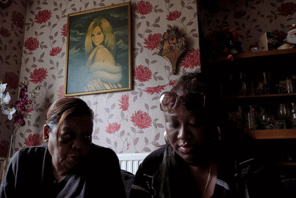 """30 juin 2017, Crawley. Sabrina est venue aidée une compatriote chagossienne dans des démarches administratives. """"Beaucoup de chagossiens qui arrivent en Angleterre ne connaissent pas la langue, alors je les aide à s'intégrer au mieux. Je fais ça depuis mon arrivée en Angleterre"""". Sabrina est la responsable du groupe Chagos Refugees (Groupe d'Olivier Bancoult) en Angleterre. Après l'obtention de son passeport anglais en 2004, Sabrina est arrivée à Crawley le 6 juin 2006 de l'île Maurice, seule, sans son mari et ses 3 enfants. Elle a été hébergée pendant 6 mois chez une de ses cousines. Deux jours après son arrivée, elle a commencé à travailler au Mc Donal de Crawley. Elle a travaillé jour et nuit pendant des mois afin d'économiser et pouvoir faire venir sa famille 6 mois plus tard.Sabrina est née à Port-Louis. Son papa est né à Perros Banos aux Chagos. Dans les années 70, il était venu à l'île Maurice pour visiter sa famille mais les autorités ne lui ont pas laissé le droit de rentrer.A l'âge de 15 ans  Sabrina s'engage dans un groupe d'enfants chagossiens « Zloi » dirigé par Olivier Bancoult. Ce groupe avait pour mission de transmettre à la nouvelle génération l'histoire de leurs ancêtres et leur culture. A l'île Maurice, Sabrina  était puéricultrice."""