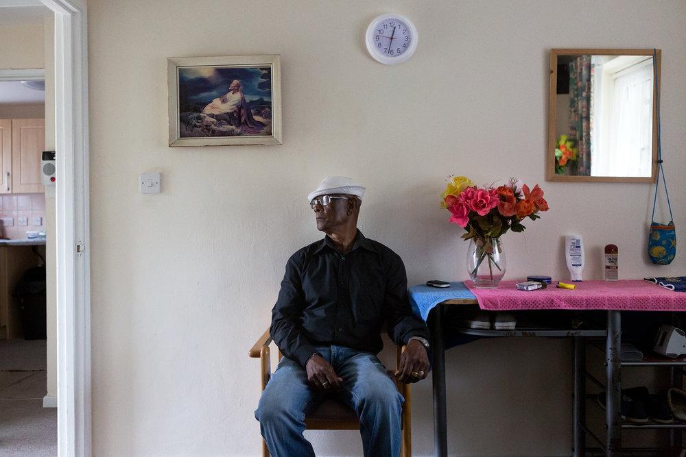 24 juin 2017, Crawley. Louis France Bertrand est né à Perros Banos en 1943. Il a commencé à travailler dans l'élevage à l'âge de 14 ans puis sur les bateaux qui allaient d'île en île dans l'archipel récupérer la coco. Il travaillait pour les anglais et l'administrateur était mauricien.Ses parents étaient tout deux originaires de Perros Banos. Comme bon nombre de chagossiens Louis et sa famille ont été déportés sur l'île Maurice dans les années 70. Louis avait 17 ans quand il est arrivé, il a multiplié les petits boulots avant de travailler pendant 22 ans dans les docks sur le port de Port-Louis où il transportait des sacs de sucre puis ensuite, il a été  pêcheur durant 7 ans dans une compagnie de pêche mauricienne. Sa femme est mauricienne, ils habitaint Baie du tombeau à Port-louis, ils ont eu 8 enfants et ils se sont séparés depuis quelques temps. Pour lui « le peuple mauricien m'a mal traité, il avait trop de discrimination envers les chagossiens ».Si je retournais aux Chagos, j'irais à la pêche tous les jours.Au Chagos « la vie là-bas était simple, il y avait du respect entre les jeunes et les anciens, Tous les mois nous faisions une fête, il y avait de beaux mariages, Mon chagrin est de ne pas retourner au Chagos. Je n'y suis retourné seulement 3 fois quand je travaillais dans la pêche ».Louis est venu comme beaucoup d'anciens en Angleterre pour des raisons médicales en 2015, pour une opération des prothèses de hanche. Il touche une petite pension de 165 livres par semaine qui lui permet de vivre.  Comme il dit : « ici en Angleterre, je suis bien, j'ai un toit, de quoi manger mais je me sens prisonnier, mais les Chagos me manquent, tout me manque de là-bas »