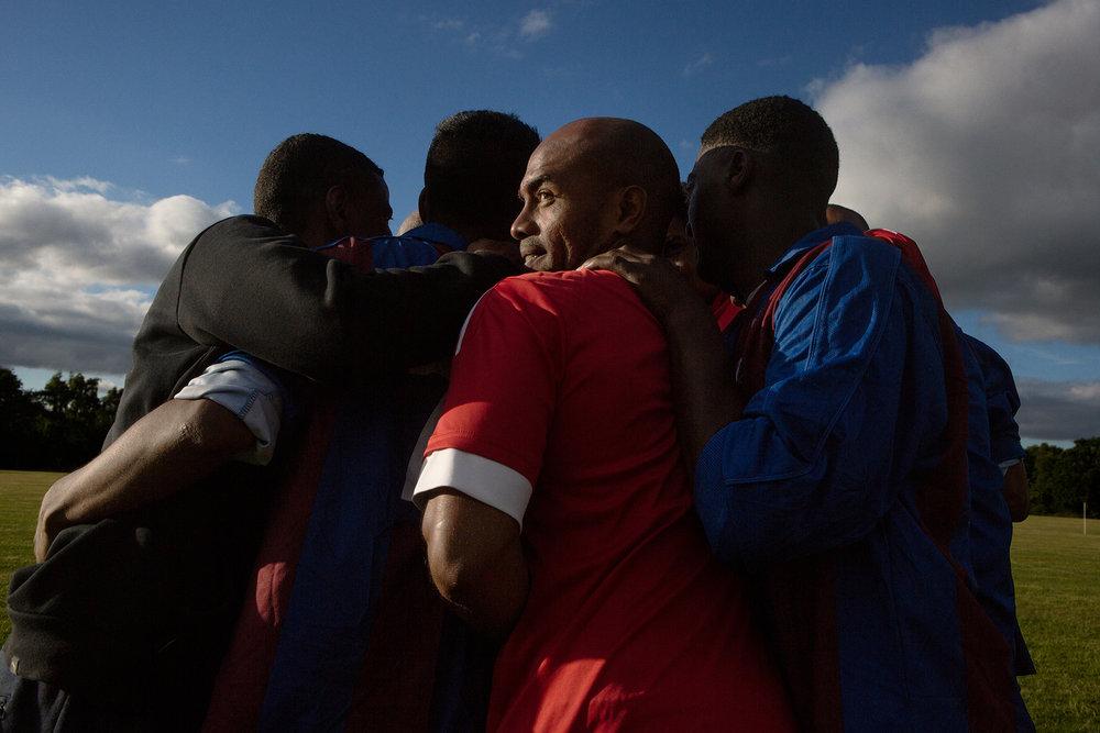 """25 juin 2017. Crawley. Journée de football organisée par la communauté chagossienne de Crawley sur un des stades de la ville. Ce joueur de dos apparttient à l'équipe """"Chagos Island Association"""" qui a été créée il y a quelques années par Sabrina et qui a partcipé en 2016 en Abkhazie à la coupe du monde des peuples sans état."""