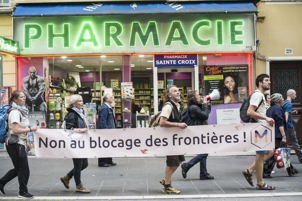 Marche Solidaire pour les Migrant.e.sJour 3- 3 MAi 2018Contre ChampsSospel / NiceLe cortège de marcheur du jour est rejoint à l'entrée de Nice pour se rendre au centre ville sur la place Garibaldi.Projet Collectif item
