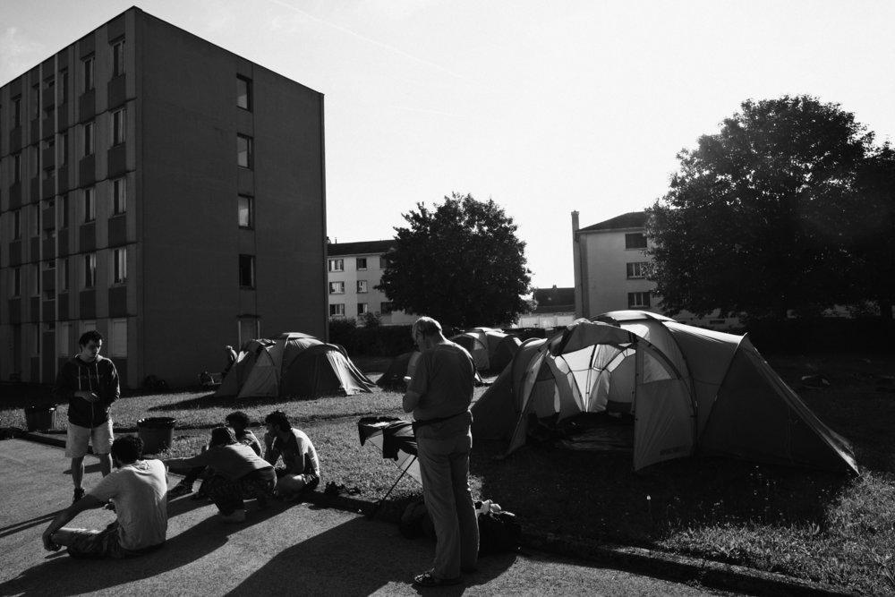 Marche Solidaire pour les Migrant e s entre Bar sur Aube et Vendeuvre sur l'étape 35 le 7 juin 2018. Les marcheurs ont planté leurs tentes dans la pelouse du CADA de Bar sur Aube. Franck Boutonnet / item