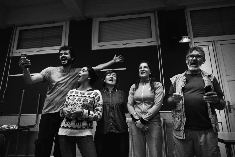 Marche Solidaire pour les Migrant e s entre Langres et Chaumont sur l'étape 33 le 5 juin 2018. Arrivés à Chaumont, le repas est pris dans une salle mise à disposition. Gilles (gauche) mène le coeur d'une chorale improvisée avec une chanson sur la Marche créée durant la marche. Franck Boutonnet / item