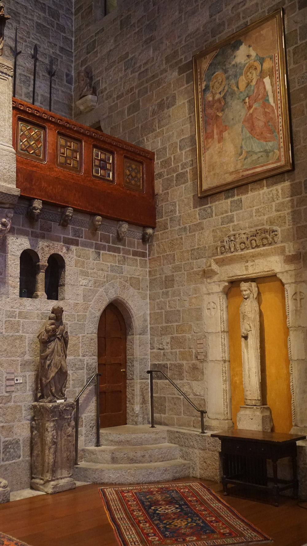 Figure 9: Queen statue-column conglomeration, Great Hall, Glencairn Museum, Bryn Athyn, Pennsylvania. Photo: Glencairn Museum.