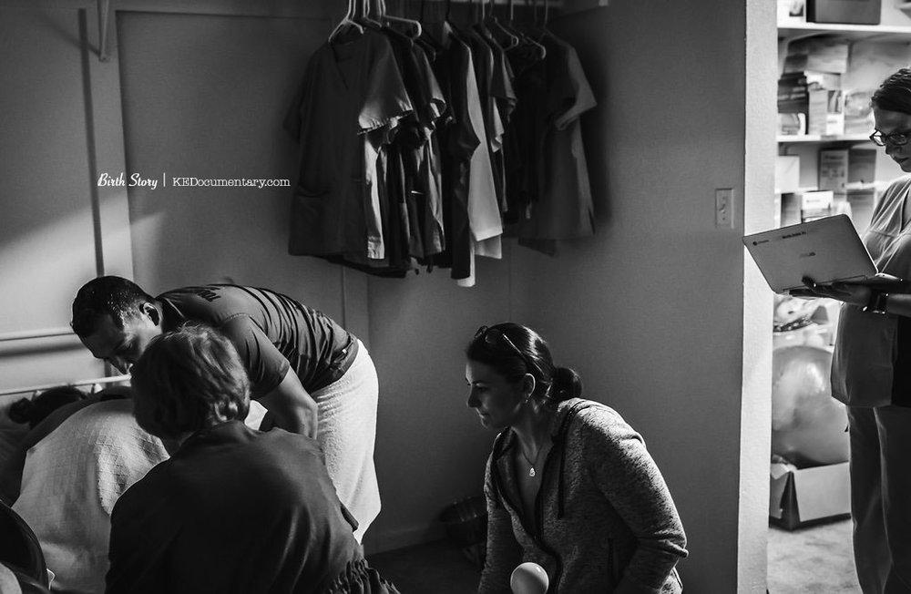 Chiropractor at a Birth - Dallas Birth Photographer