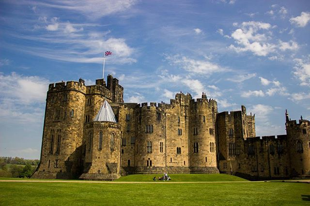 Alnwick Castle it is! #alnwickcastle #northumberland #hogwarts #harrypotter #travelgram #blueandwhite #green #castle #travelling #unionjack #summer #picoftheday #latepost