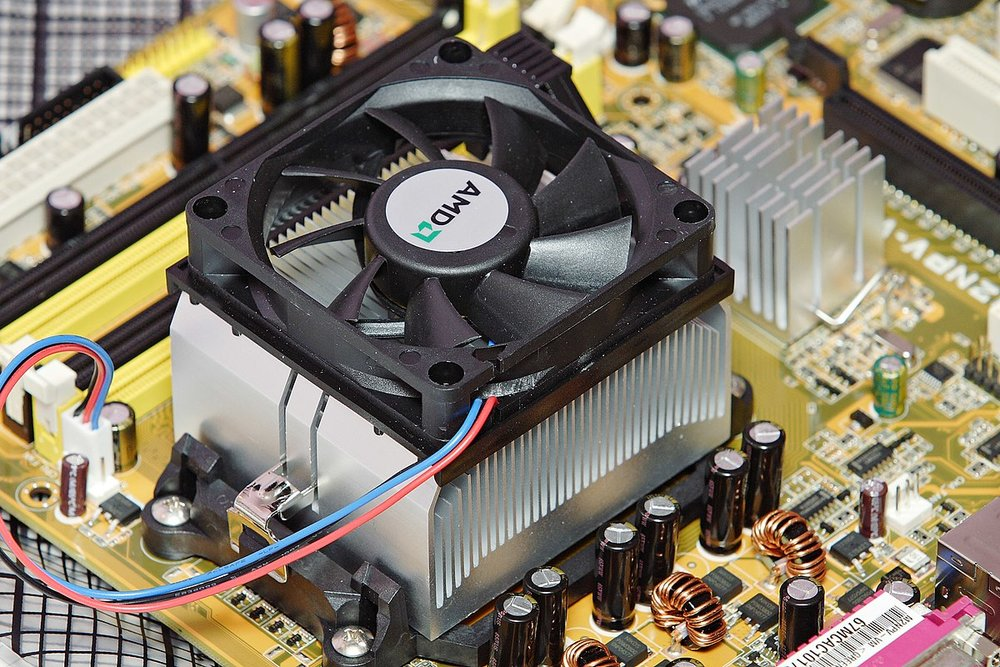 The CPU emits a huge amount of heat. This leads to the device shown to the left: the heat sink. This draws heat away from the CPU, in order to stop it overheating.