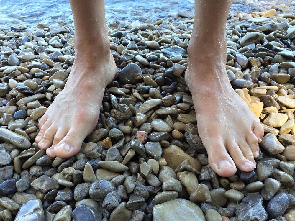 Imagine…each foot has 26 bones, 33 joints and more than 200,000 nerve endings! Think your feet are worth some attention? Yes!