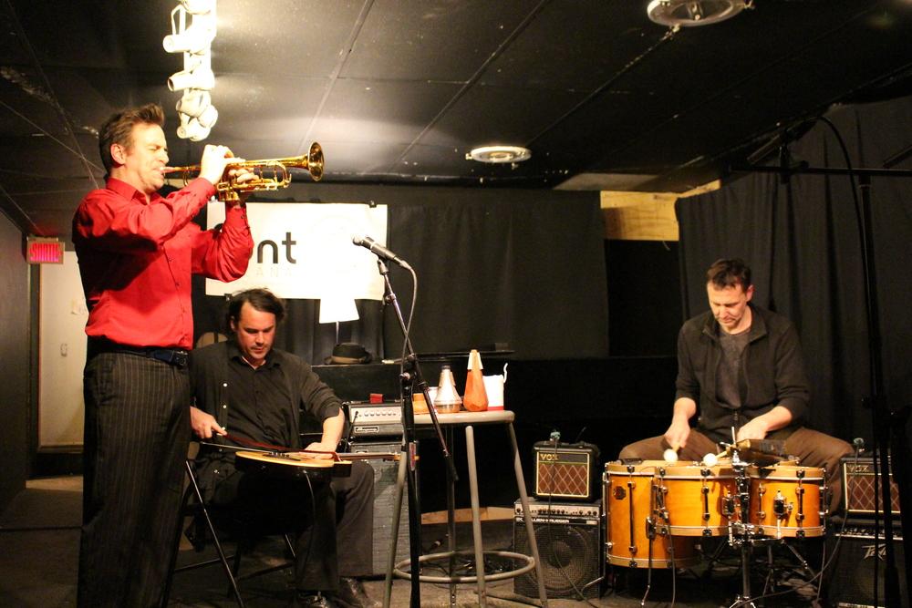 Pink Saliva (Ellwood Epps, Alexandre St-Onge, Michel F Côté) au Festival of New Trumpet Music Canada, Résonance Café, Mars 2015. Photo par Haleh Fotowat.