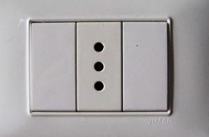 Italian+electrical+socket.jpg