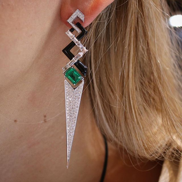These are the fab @nikoskoulisjewels earrings that @oprah wore to the Emmys last week, as modelled at the Couture Show earlier this year 💚 #emmysjewelry #oprah #nikoskoulis #thisiscouture