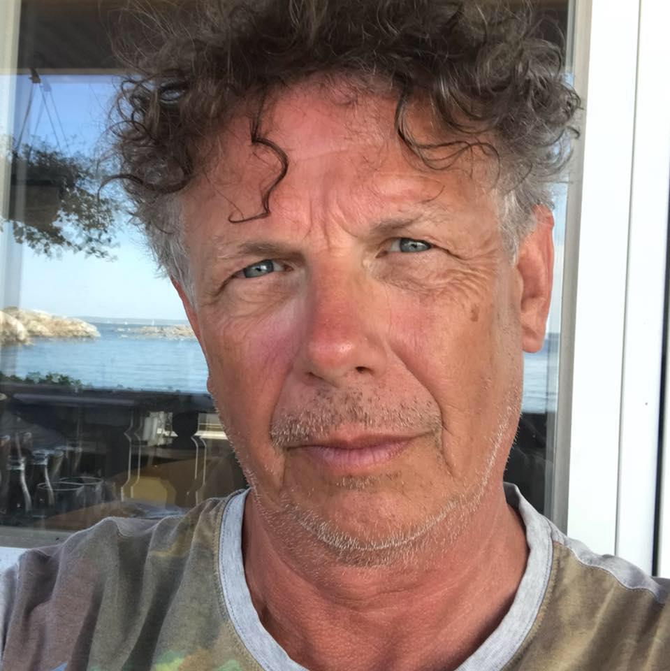 Gunnar Lind har arbetat aktivt med miljöfrågor och politik de senaste 25 åren och skriver på fritiden. Han är bosatt på Värmdö.