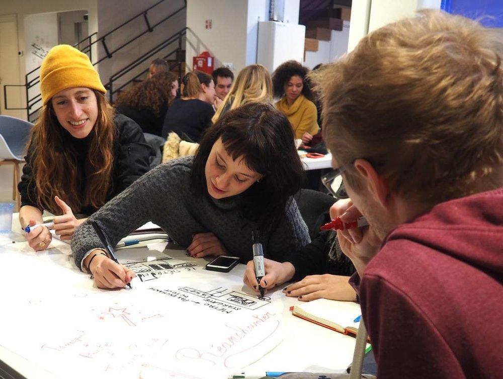 Primera tentativa de diseño de #grigris con alumnxs de la e.artsup (l'école de la passion créative) en el espacio de Maif Social Club.
