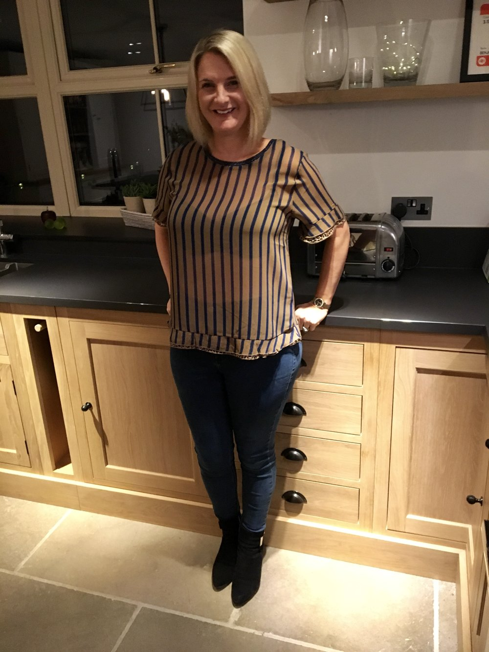 I love this top, occasionally the top of my bag will peak over the top of my jeans, but goodness me if someone is staring at me so intently that they notice I've got more to worry about than the bag being slightly visible....and more to the point so have they!