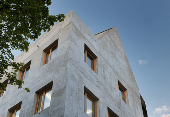 Wohn- und Geschäftshaus in Ulm mit Modernem Giebeldach, Foto: M. Ch. Peters