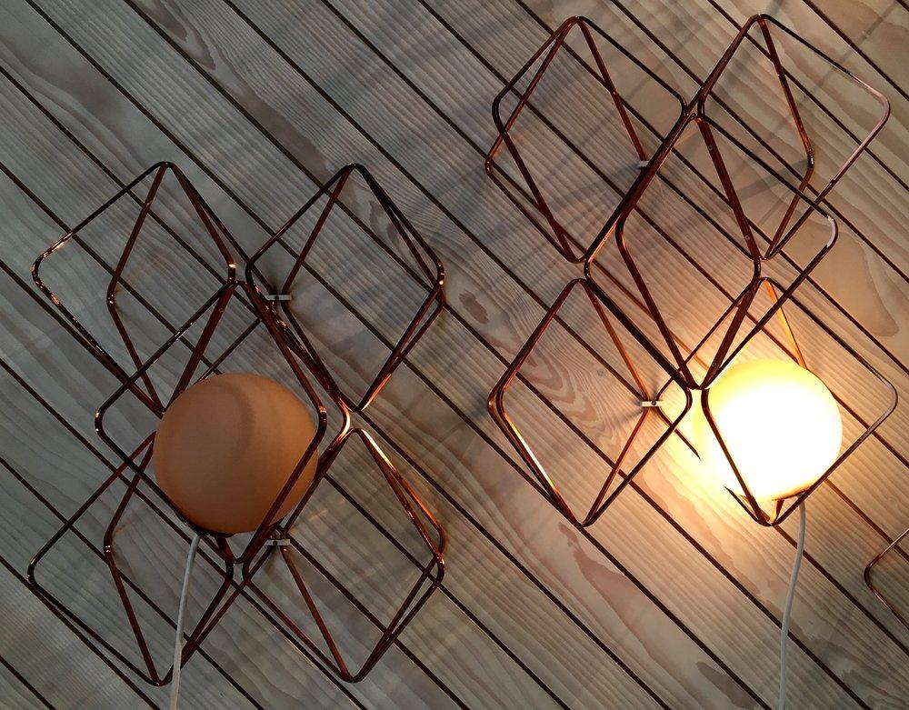 """Wandleuchten, Tischleuchte Macaron in """"Das Haus"""", von Lucie Koldova, Foto: U. Latzke"""