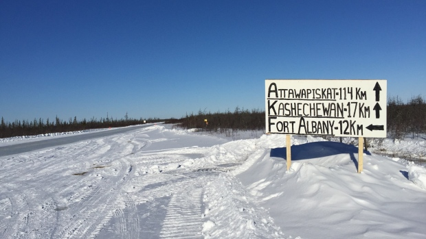 A hand-drawn road sign directs James Bay ice road travellers to the communities of the coast. (Erik White/CBC)