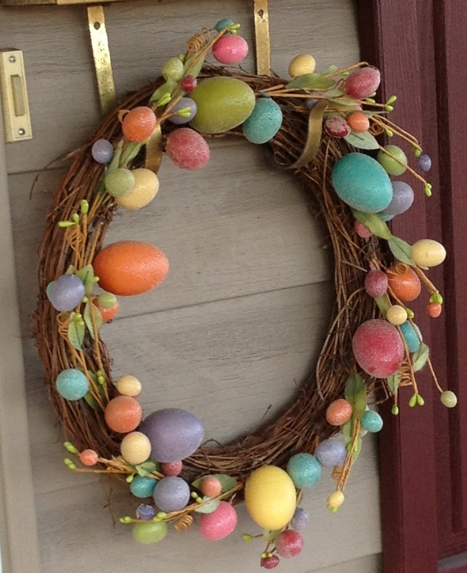egg wreath by Chickenofeathers/CC BY