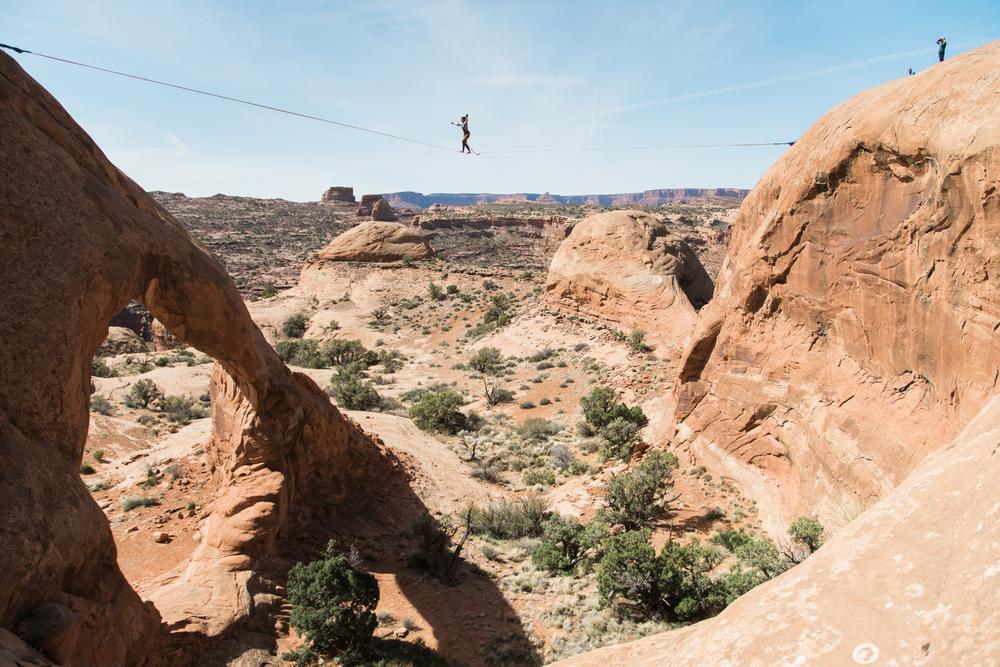 slack lining in moab, utah | www.abbihearne.com