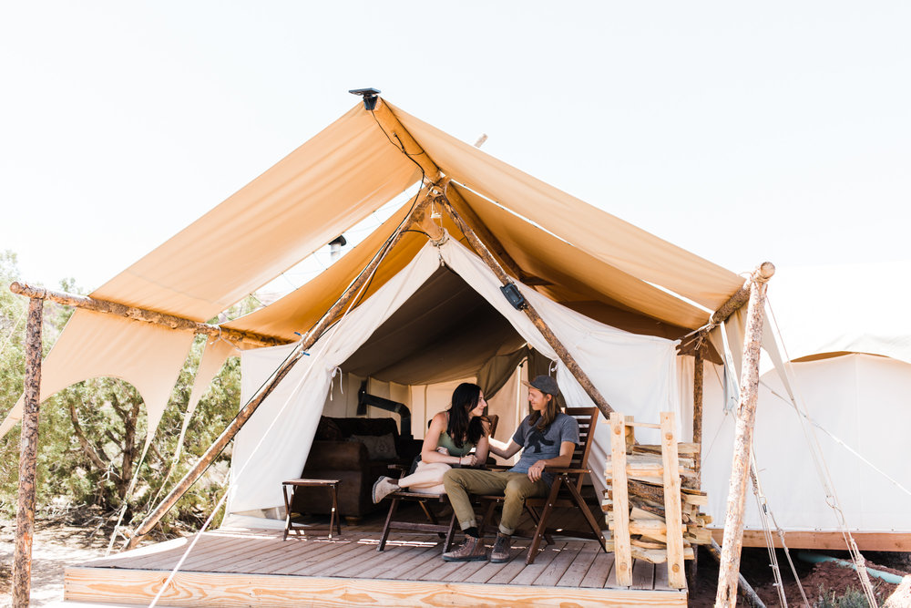 cozy safari tent photo session in the utah desert | under canvas moab | utah adventure wedding photographer | www.thehearnes.com