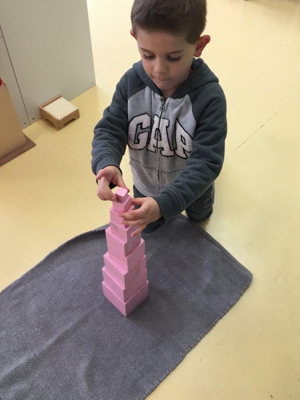 LA TOUR ROSE - L'objectif principal de la tour rose est la discrimination visuelle des dimensions.C'est également une préparation indirecte aux mathématiques, à la géométrie et à l'écriture.