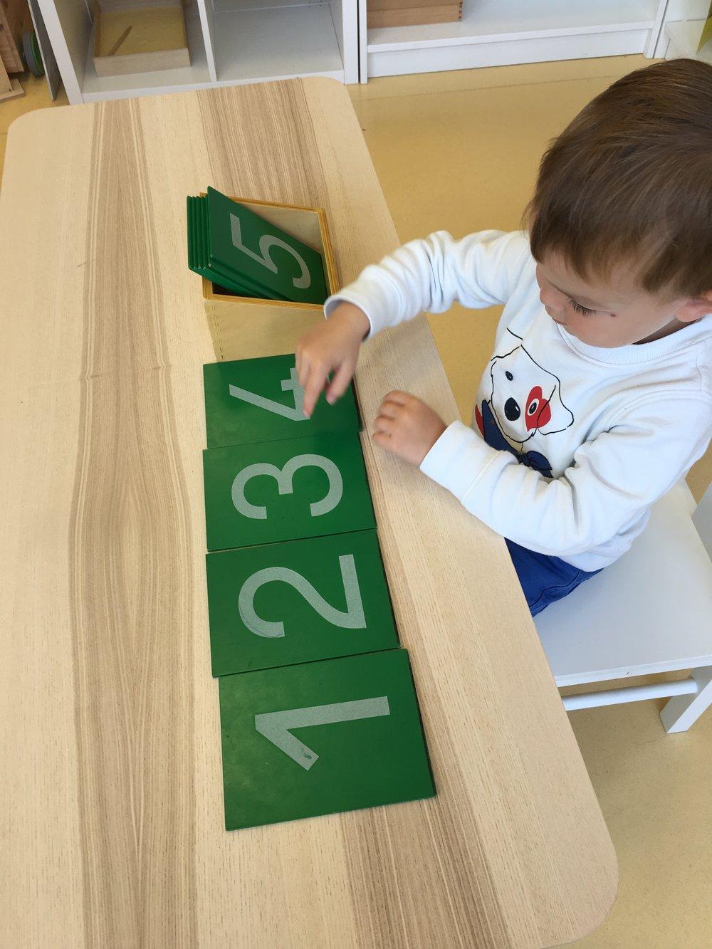 LES CHIFFRES RUGUEUX - Avec les chiffres rugueux, l'enfant associe le nom d'un chiffre à son dessin. Il intègre sa forme et ses contours et se prépare à l'écrire.