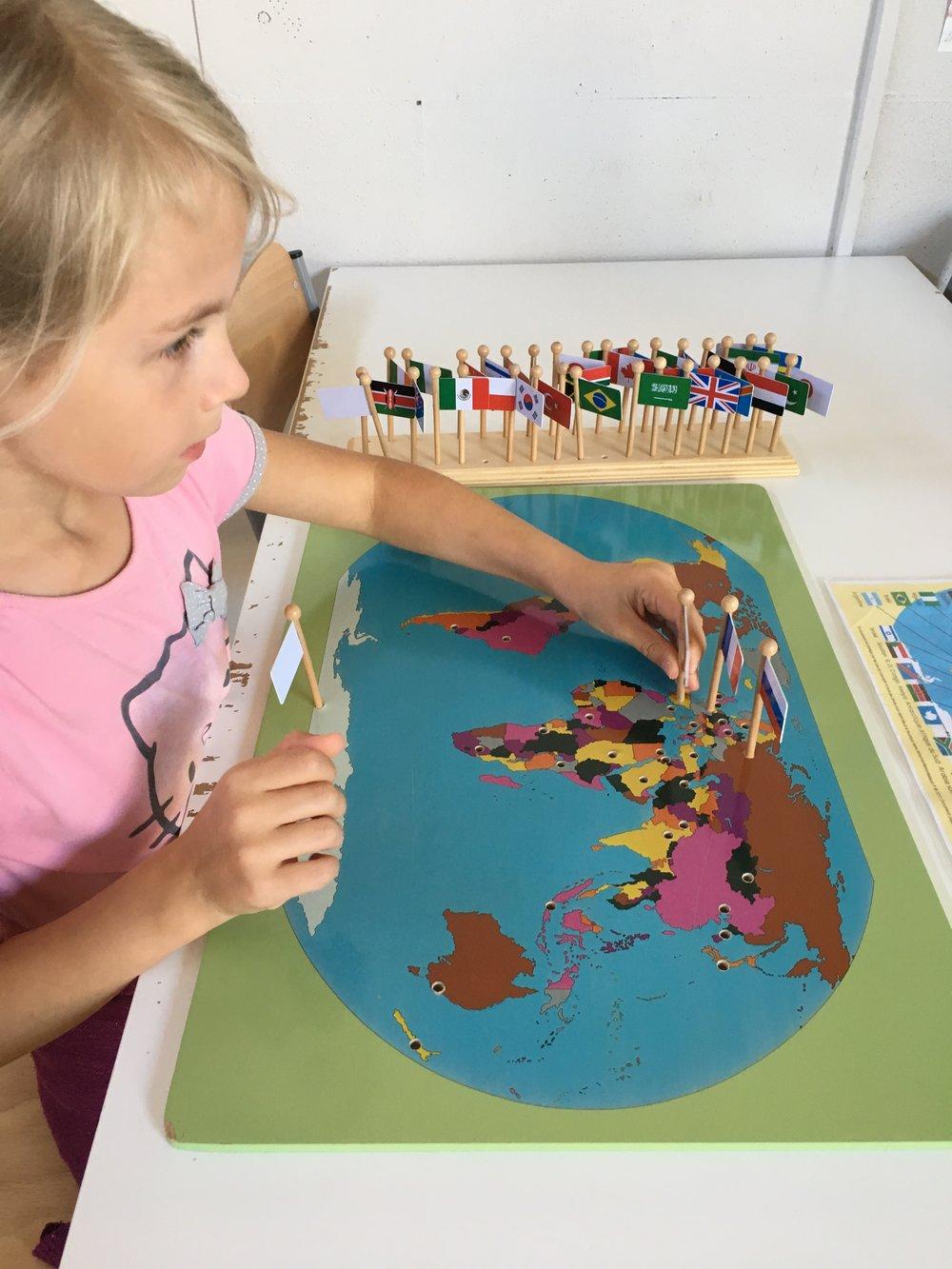 CARTE A DRAPEAUX - Avec la carte du monde l'enfant développe plus facilement sa mémoire et sera plus à même de retenir le nom des pays, leur capitale, mais aussi leur situation géographique.Cette activité permet à l'enfant de travailler sur sa concentration.