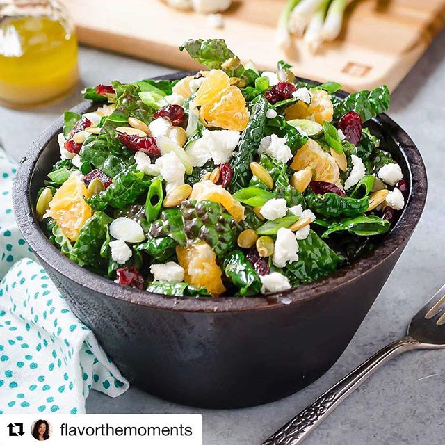 We just love this kale salad with chèvre, cranberries, clementine and pepitas! Perfect for the transition into fall. The maple vinaigrette is a nice touch, too, from @flavorthemoments ! 😊