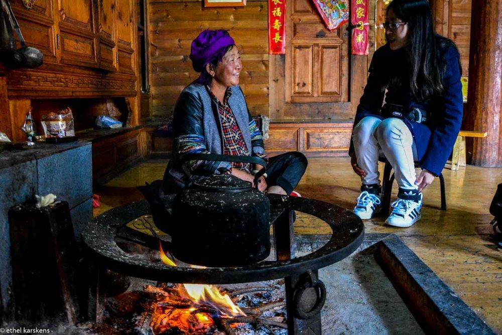 Vieille femme de la minorité Mosuo partageant son histoire