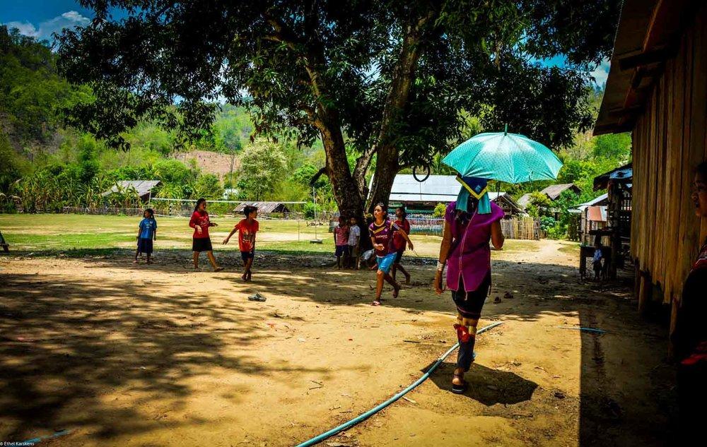 Femme marchant sous son parapluie
