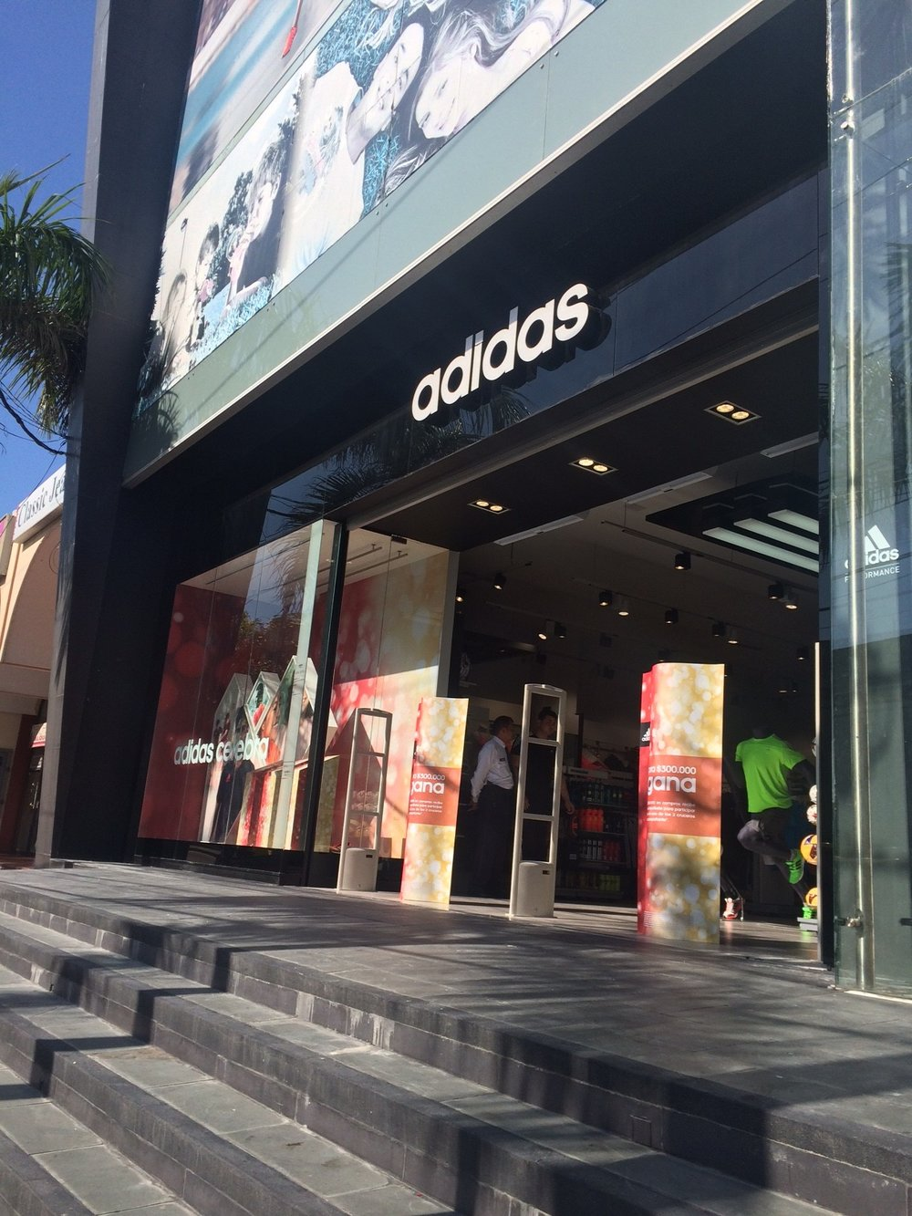 Diseño y proyección franquicias Adidas Colombia