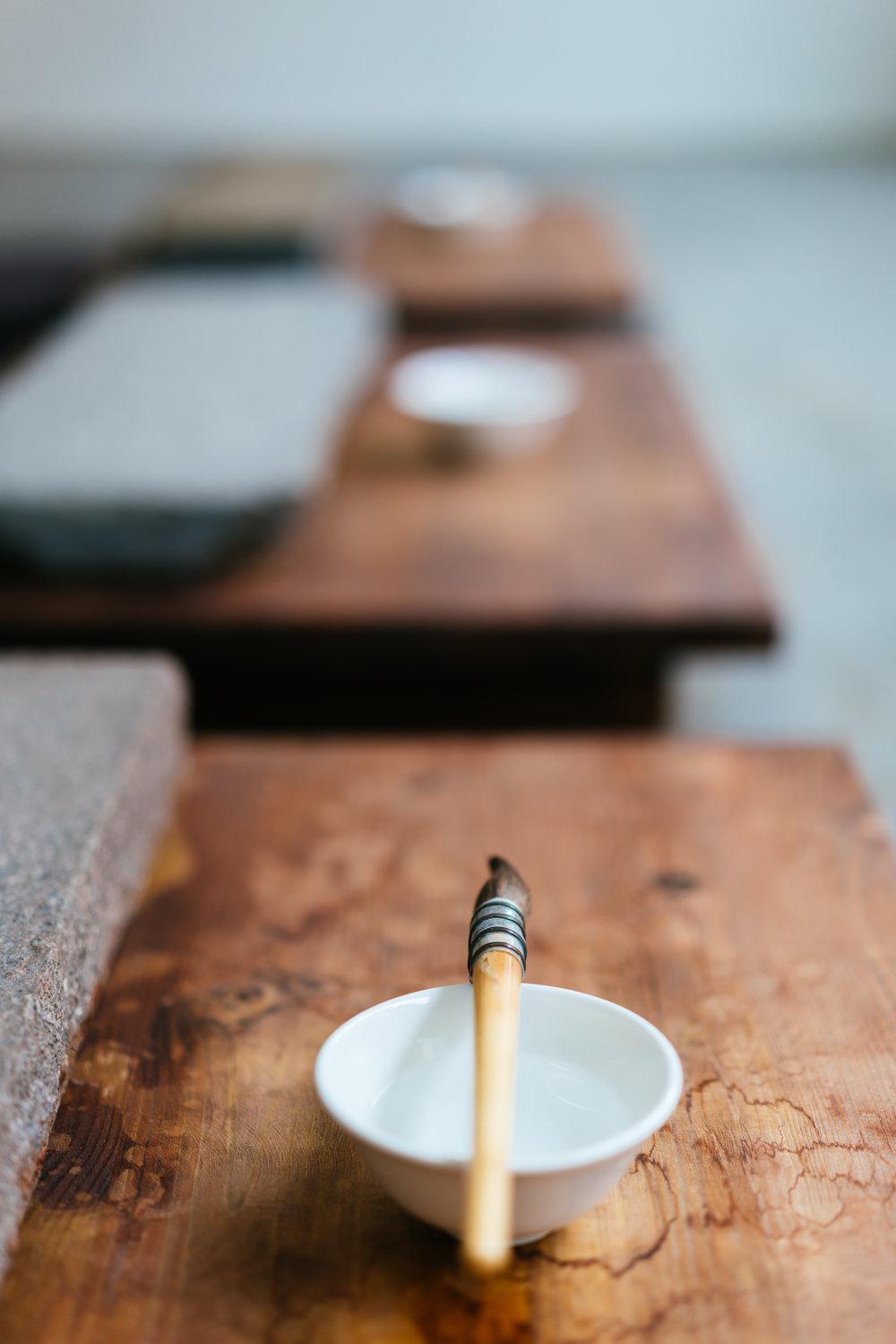 """Einfach machen! - Die Installation """"Draw A Message With Water"""" von Song Dong ist ein gutes Beispiel für die fast meditative Ruhe, die sich in diesem Museum finden lässt.Das spektakuläre Fenster (gaaanz oben zu sehen) verleiht dem Raum eine fast schon magische Aura und die Besucher, ein Teil davon zu werden.Nicht drüber nachdenken, einfach machen! ;)––––––––––––––––––––––––––––––––––––––––––––––––Unten: Besonders gut gefallen haben mir auch die Fotografien zum Projekt Kunst & Kohle, welches in vielenweiteren RuhrKunstMuseen umgesetzt und thematisiert wird (z.B. im LehmbruckMuseum), welche Götz Diergarten, der ,,letzte Becher–Schüler"""