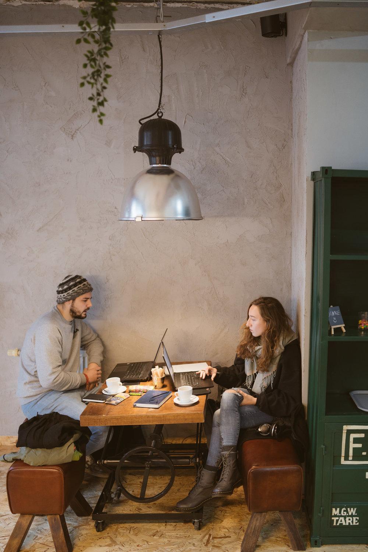 +20k Studenten, aber keinen Ort für guten Kaffee? - Jetzt war es also an der Zeit, auch die Duisburger Studenten mit gutem Kaffee zu versorgen.Diesbezüglich war Neudorf, das Stadtviertel, in dem sich die Uni befindet, bisher erstaunlich schlecht aufgestellt. Klar, die UDE beherbergt keine Studiengänge in Richtung Design / Gestaltung, und doch:Von den ca. 20k Studenten am Standort werden dennoch ausreichend Bock haben auf guten Kaffee!Der Plan geht auf, zumal der Raum auch zum Lernen einlädt.