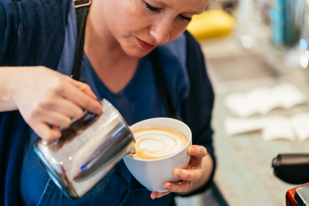 Wir lieben Kaffee – Ihr auch? - Man soll es nicht für möglich halten (wir sind ja Kaffee–Snobs ☺): Obwohl es kein dezidierter Coffeeshop ist, gibt's hier richtig guten Cappuccino! Ohne Kakao–Pulver oder andere Grausamkeiten, harmonisch, rund im Geschmack – die sympathische Barista hat's einfach drauf!