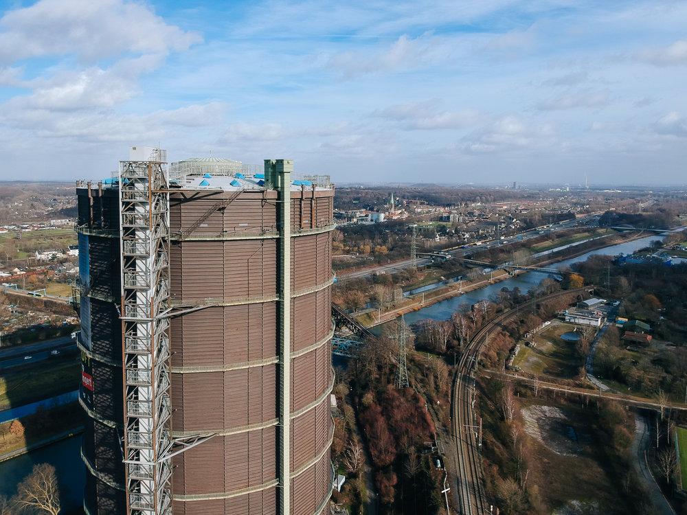 Z.B. den Gasometer! - DIE Landmarke des westlichen Ruhrgebiets, und mit seinen 117,5 Meters Höhe auch kaum zu übersehen.Hier finden regelmäßig spektakuläre Installationen und Ausstellungen statt, die meistens mehrere hunderttausend BesucherInnen (!) anziehen.