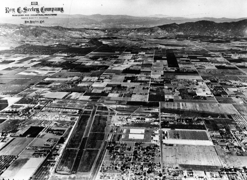 Van_Nuys_Airport_1946.jpg