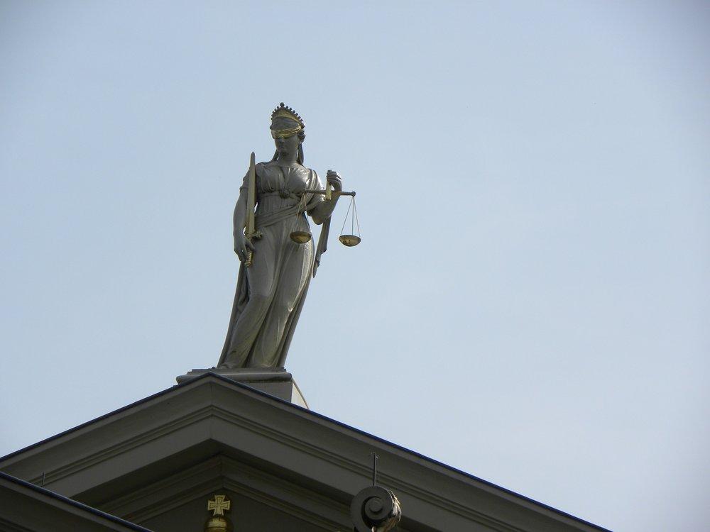 justitia-2673647_1920.jpg