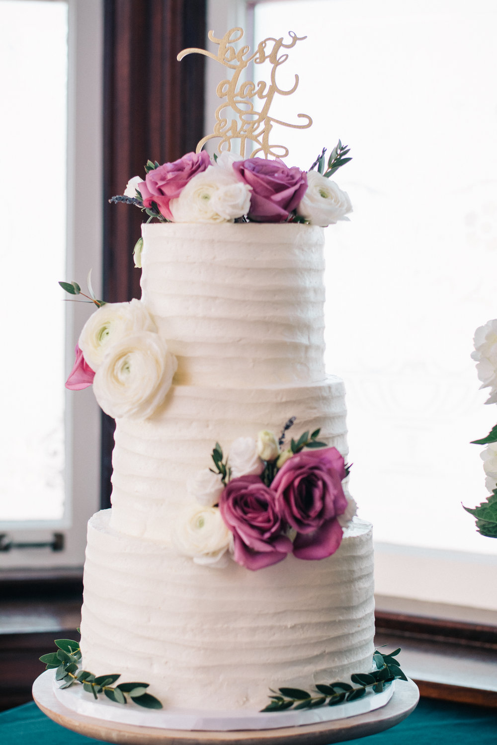 Sydney's sister and maid-of-honour made a surprise wedding cake!