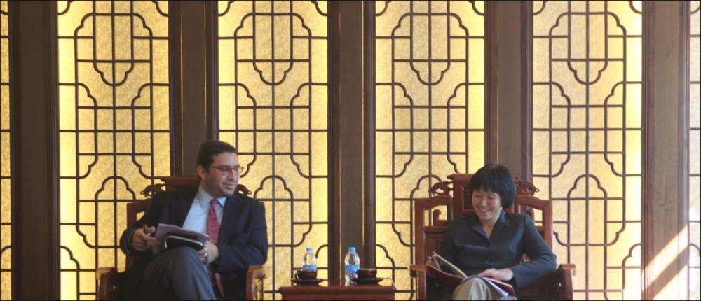 Em reunião com a reitora da Universidade de Negócios Internacionais de Beijing.