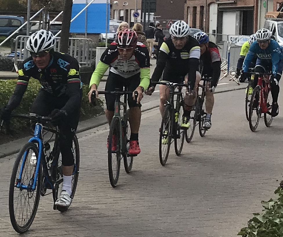 Velle WAOD Masters Race @ 31 March  - Mike Lawson at the head of the chasing peloton in the Velle Masters
