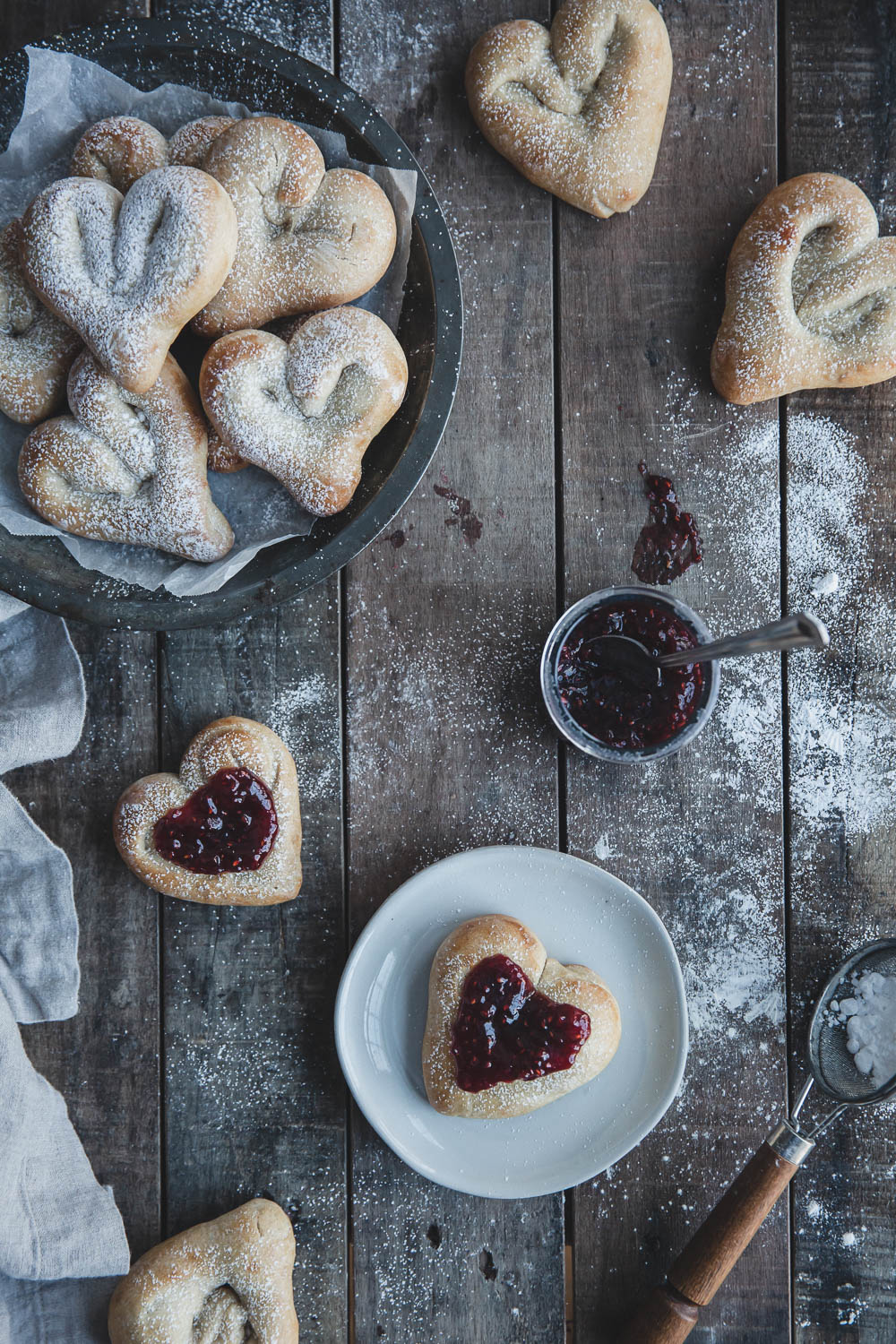 Cardamom hearts with raspberry jam