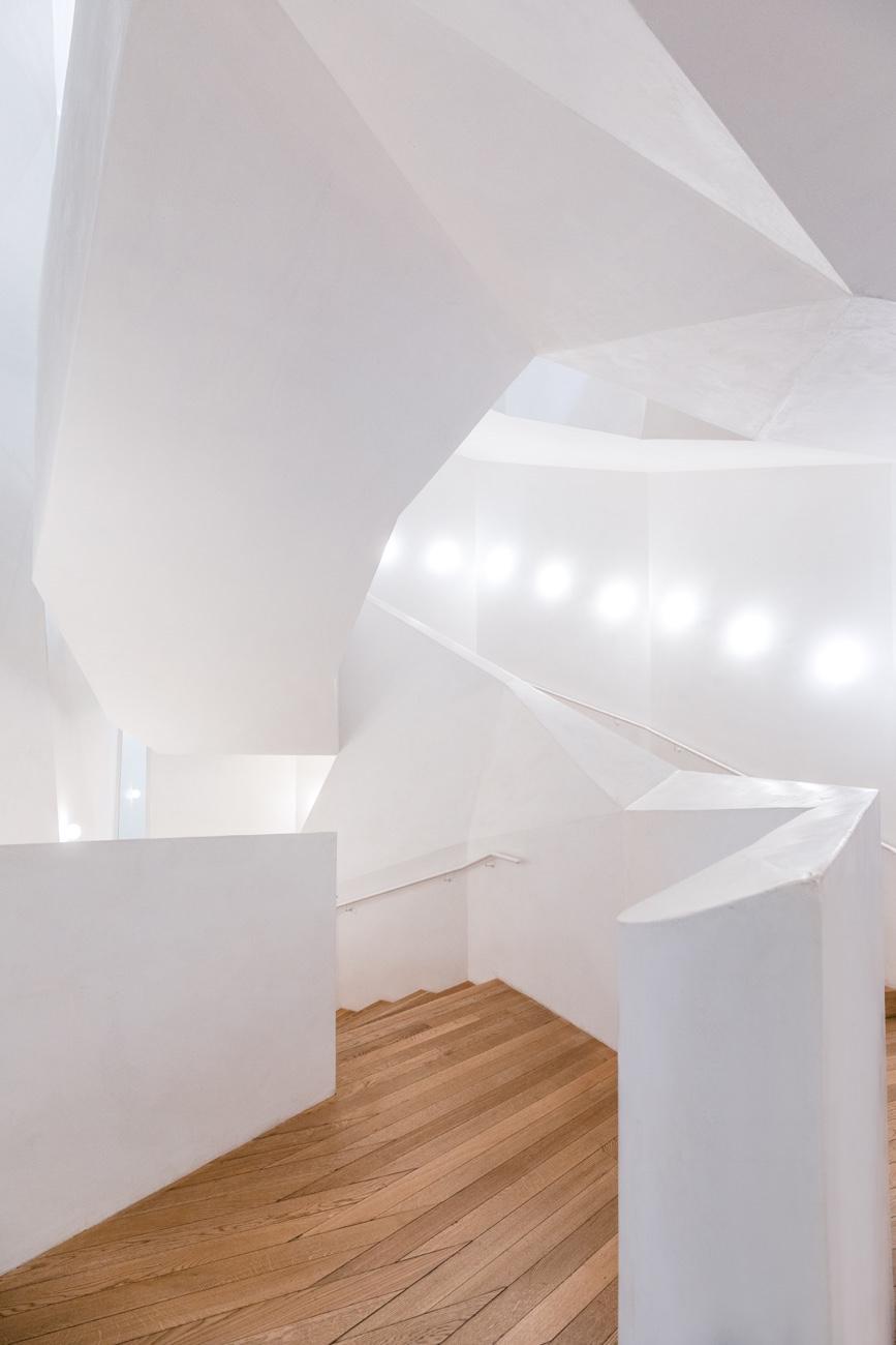 White-Staircase-02.jpg