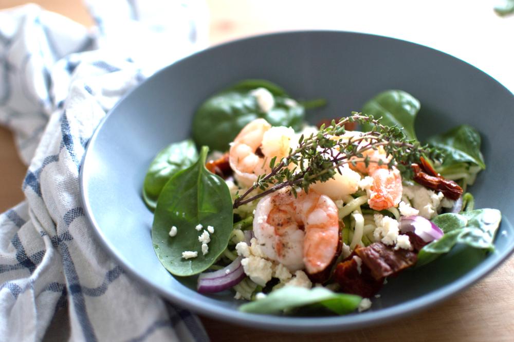 Gesunder Zoodles Salat mit Garnelen