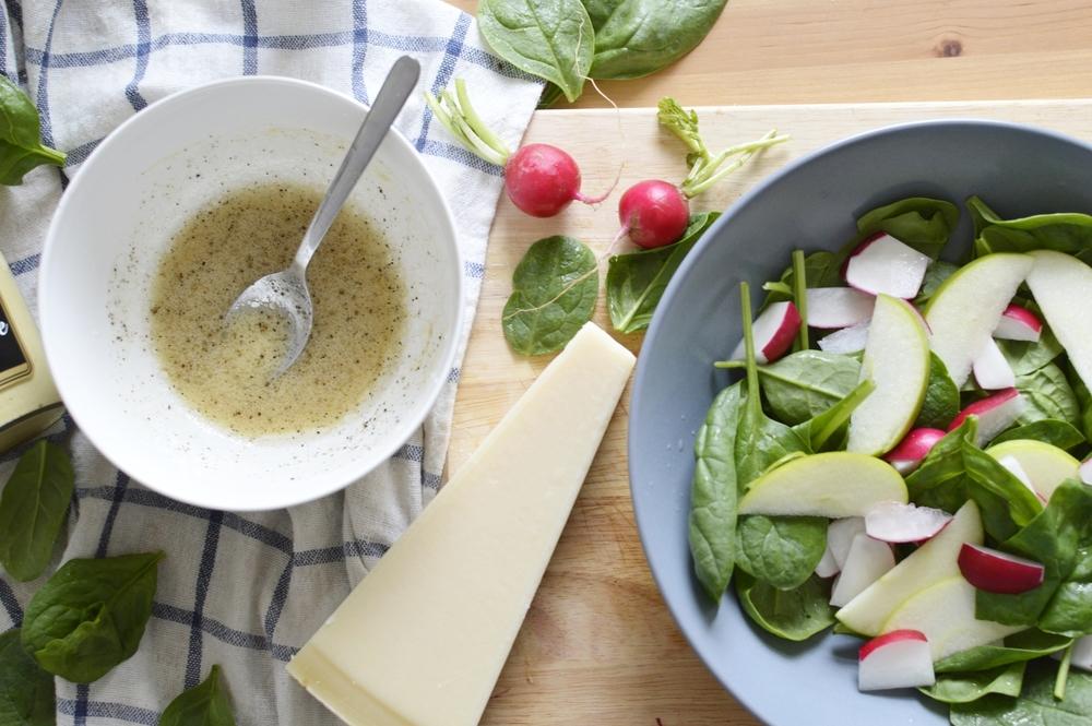 Spinatsalat-Aepfel-Radieschen-Senf-Zitronen-Dressing