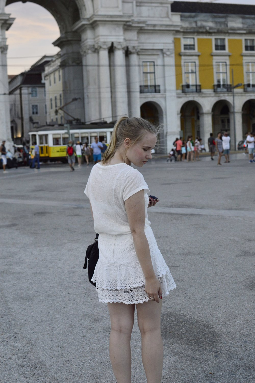 Fashionblogger-Berlin-Lisbon-All-White-Outfit-Liebeskind-EstherB