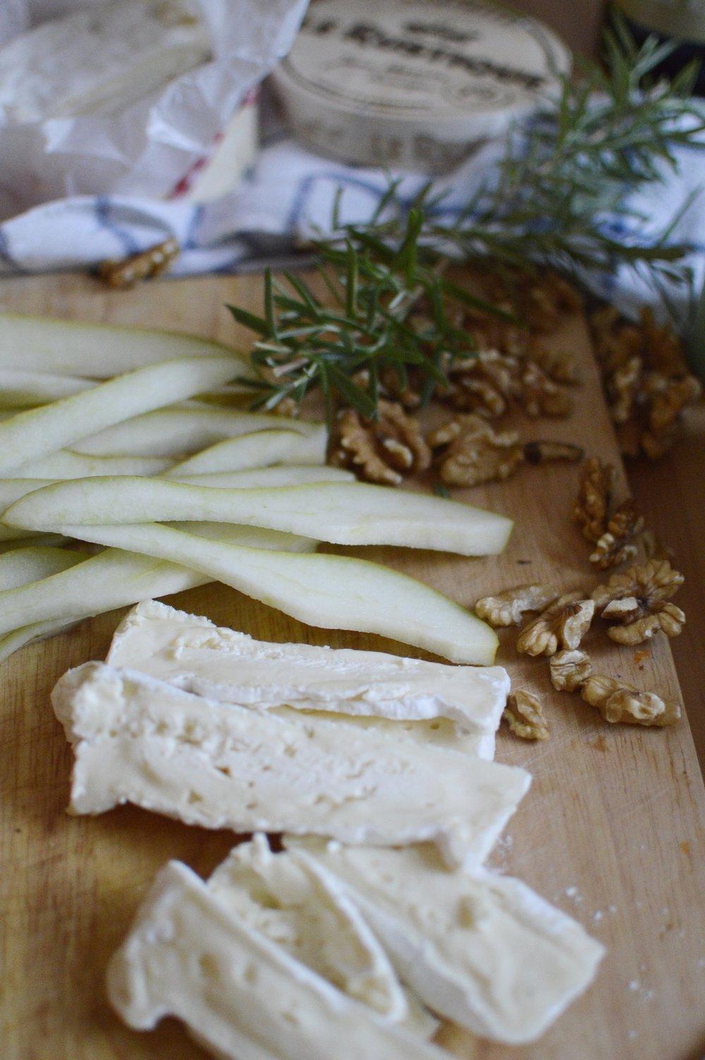 Flammkuchen-Rezept-Birne-Camembert-Rosmarin-Honig-Walnuesse